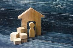 Una persona raccoglie le cose in scatole e si muove verso un'altra casa a Fotografie Stock