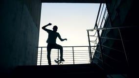 Una persona salta en su tablero en una escalera y falla Cámara lenta almacen de metraje de vídeo