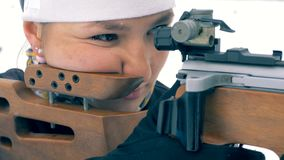 Una persona se coloca en una radio de tiro especial, mientras que tiene como objetivo una blanco 4K metrajes
