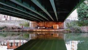 Una persona sin hogar pobre equipó un lugar para dormir debajo de un puente en el centro de la ciudad almacen de video
