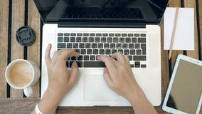 Una persona sta scrivendo sul suo computer portatile Vista superiore POV stock footage