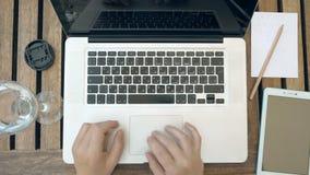 Una persona sta scrivendo sul suo computer portatile Vista superiore POV video d archivio