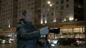 Una persona toma las imágenes de la ciudad de la noche almacen de video
