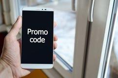 Una persona ve una inscripción blanca en una exhibición negra del smartphone fotografía de archivo