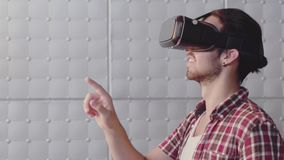 Una persona in vetri virtuali video d archivio