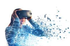 Una persona in vetri virtuali vola ai pixel La donna con i vetri di realtà virtuale Concetto futuro di tecnologia Immagine Stock