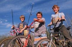 Una pesca andante dei tre ragazzi Fotografia Stock