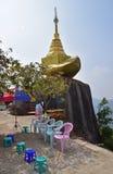 Una più piccola roccia dorata sul modo alla cima della pagoda di Kyaiktiyo allo stato di lunedì, Birmania Immagine Stock Libera da Diritti