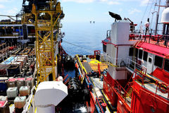 Una piattaforma della chiatta con una nave appoggio Fotografia Stock Libera da Diritti