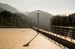 Una piattaforma di osservazione con le viste delle montagne Fotografia Stock Libera da Diritti