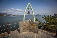Una piattaforma di osservazione con una campana su Angel Road Immagini Stock