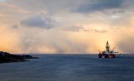 Una piattaforma in mare aperto dell'impianto offshore Immagine Stock