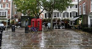 Una piazza del pedone soltanto un giorno piovoso in Richmond London fotografia stock