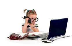 Una piccola bambina che chiama telefono. Fotografia Stock Libera da Diritti