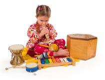 Una piccola bambina che gioca musica. Fotografia Stock Libera da Diritti
