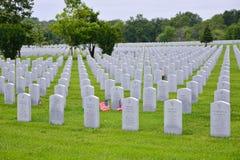 Una piccola bandiera americana onora il gravesite dei veterani della seconda guerra mondiale Fotografia Stock