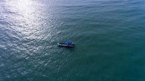 Una piccola barca nel vasto mare Fotografie Stock