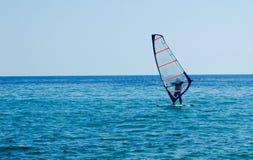 Una piccola barca a vela sul mare aperto Fotografia Stock