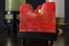 Una piccola candela rossa triangolare nella priorità alta immagini stock libere da diritti