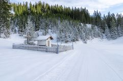 Una piccola cappella in alpi austriache fotografie stock