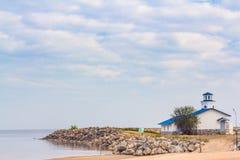 Una piccola casa di spiaggia sulla riva immagine stock