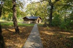 Una piccola casa nella foresta Immagini Stock Libere da Diritti