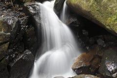 Una piccola cascata nella roccia Immagini Stock Libere da Diritti