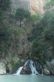 Una piccola cascata su un pendio di collina fotografia stock