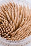 Una piccola casella rotonda dei toothpicks a macroistruzione fotografia stock