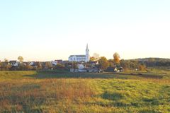 Una piccola chiesa del villaggio fotografia stock