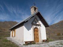 una piccola chiesa del villaggio che sta alta nelle montagne Fotografia Stock Libera da Diritti