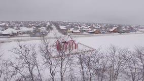 Una piccola chiesa nell'inverno, fotografia aerea archivi video