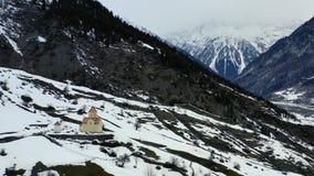 Una piccola chiesa sola nelle montagne di Georgia, metraggio aereo in 4k archivi video