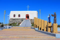 Una piccola chiesa sotto il cielo blu Fotografia Stock Libera da Diritti