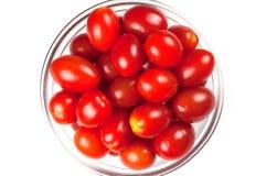 Una piccola ciotola di pomodori ciliegia, vista superiore fotografia stock libera da diritti