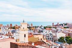 Una piccola città europea della spiaggia Oropesa Del Mar, Spagna La vista dalla parte superiore immagini stock libere da diritti