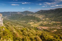 Una piccola città francese in una valle circondata dalle montagne la cima rivaleggia Immagini Stock Libere da Diritti