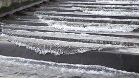 Una piccola diga su un piccolo fiume Diga dell'acqua in Europa centrale S video d archivio