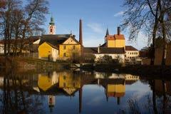 Una piccola fabbrica di birra abbandonata che riflette sulla superficie fotografie stock