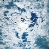 Una piccola fetta di cielo, cielo, nuvole, sole Fotografie Stock