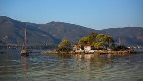 Una piccola isola nella baia russa del mar Egeo Corsa Fotografie Stock