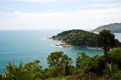 Una piccola isola si trova fuori dal litorale di Phuket Immagine Stock