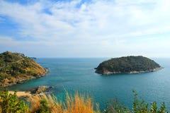Una piccola isola si trova fuori dal litorale di Phuket Immagine Stock Libera da Diritti