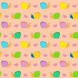 Una piccola lumaca ed i cuori su un vettore senza cuciture del fondo rosa modellano l'illustrazione Immagine Stock