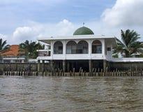 Una piccola moschea sul fiume di Musi, Palembang, Sumatra del sud, Indon Fotografia Stock Libera da Diritti