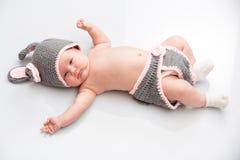 Una piccola neonata neonata sveglia Fotografia Stock Libera da Diritti