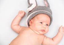Una piccola neonata neonata sveglia Immagine Stock Libera da Diritti