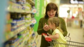 Una piccola nipote aiuta sua nonna con acquisto Hanno insieme così tanto divertimento archivi video