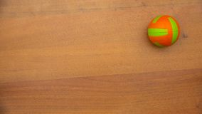 Una piccola palla dei rotoli luminosi di colore sulla tavola archivi video