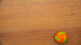 Una piccola palla di colore luminoso che fila sulla tavola archivi video